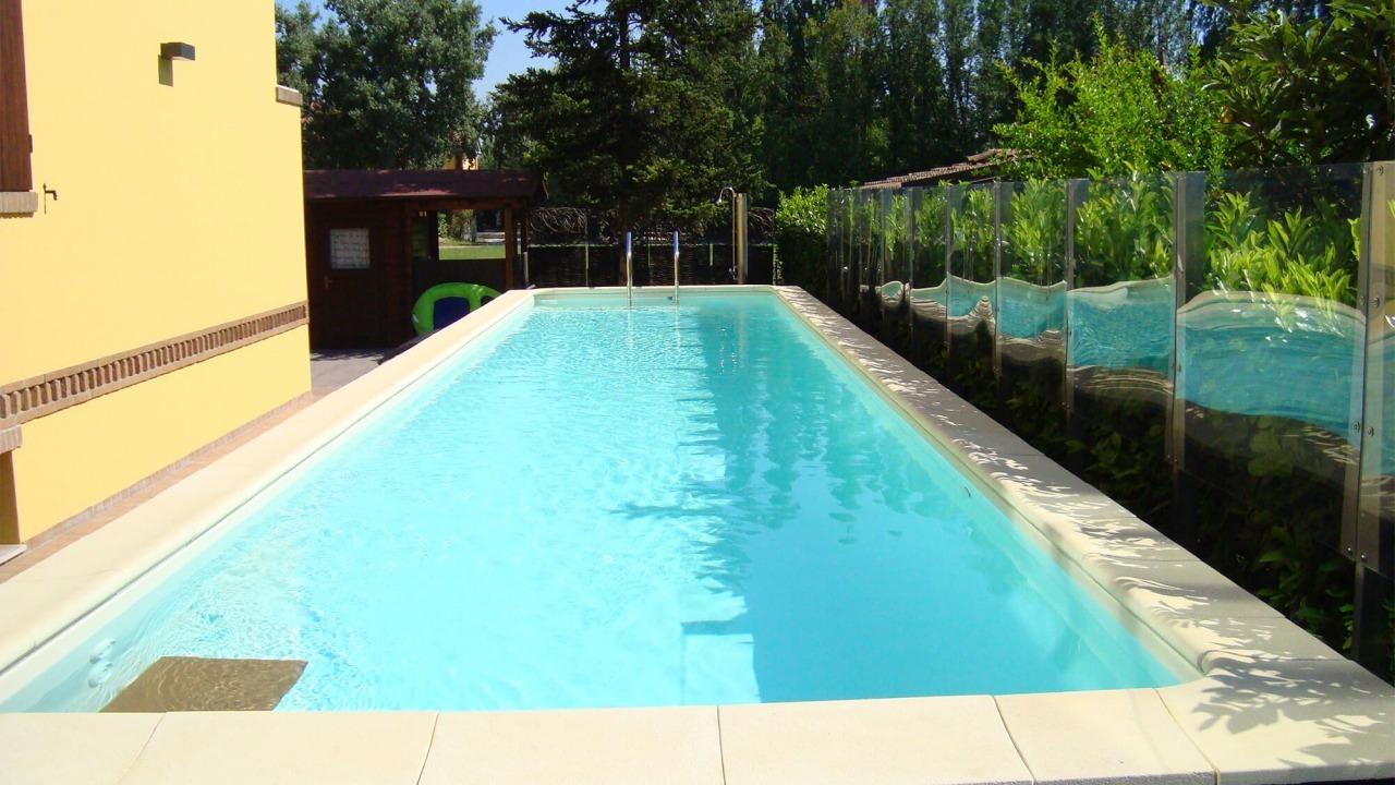 piscina fuori da terra con bordo vasca chiaro