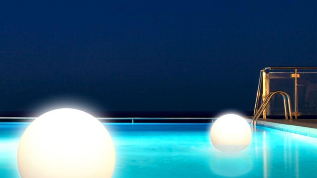 sfere luminose in piscina