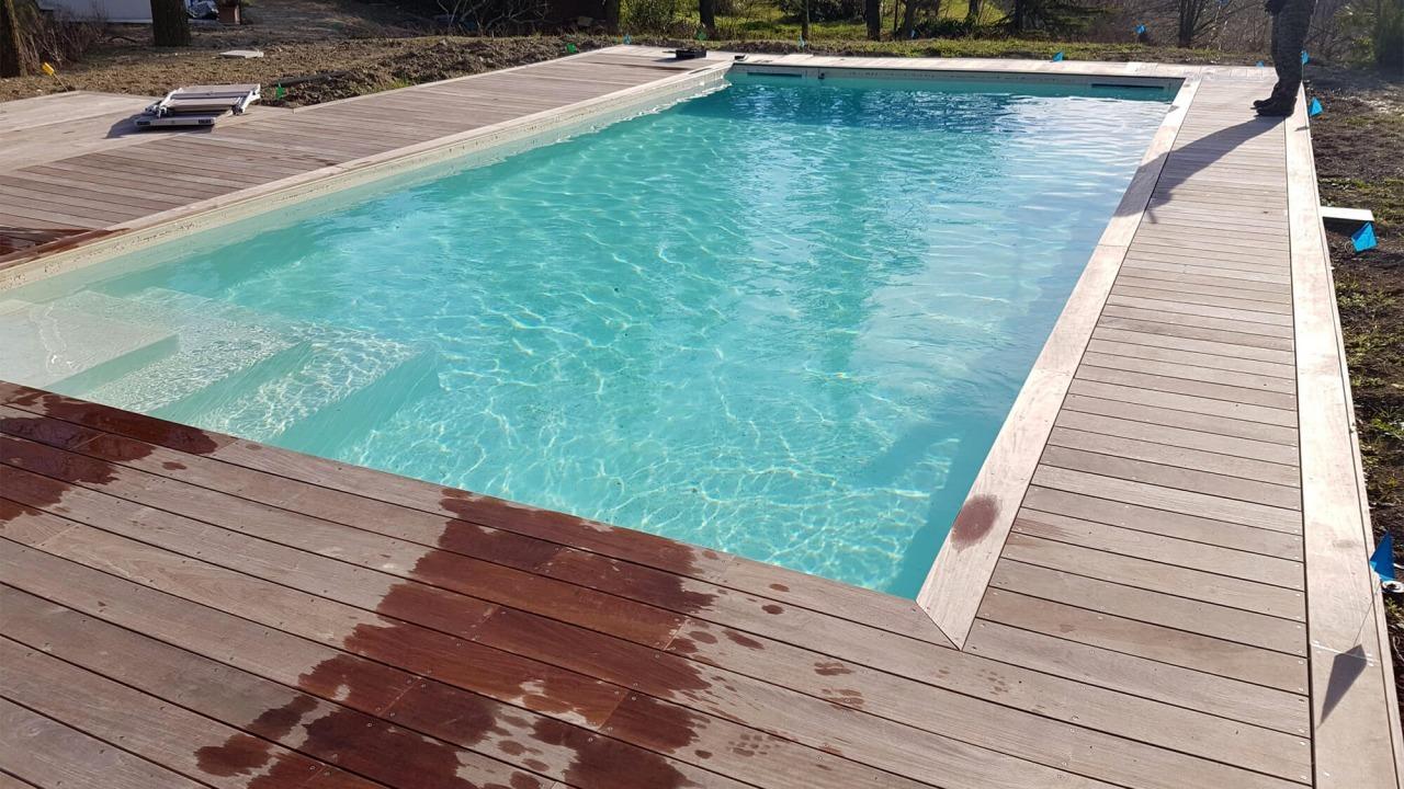 piscina con bordo vasca in legno