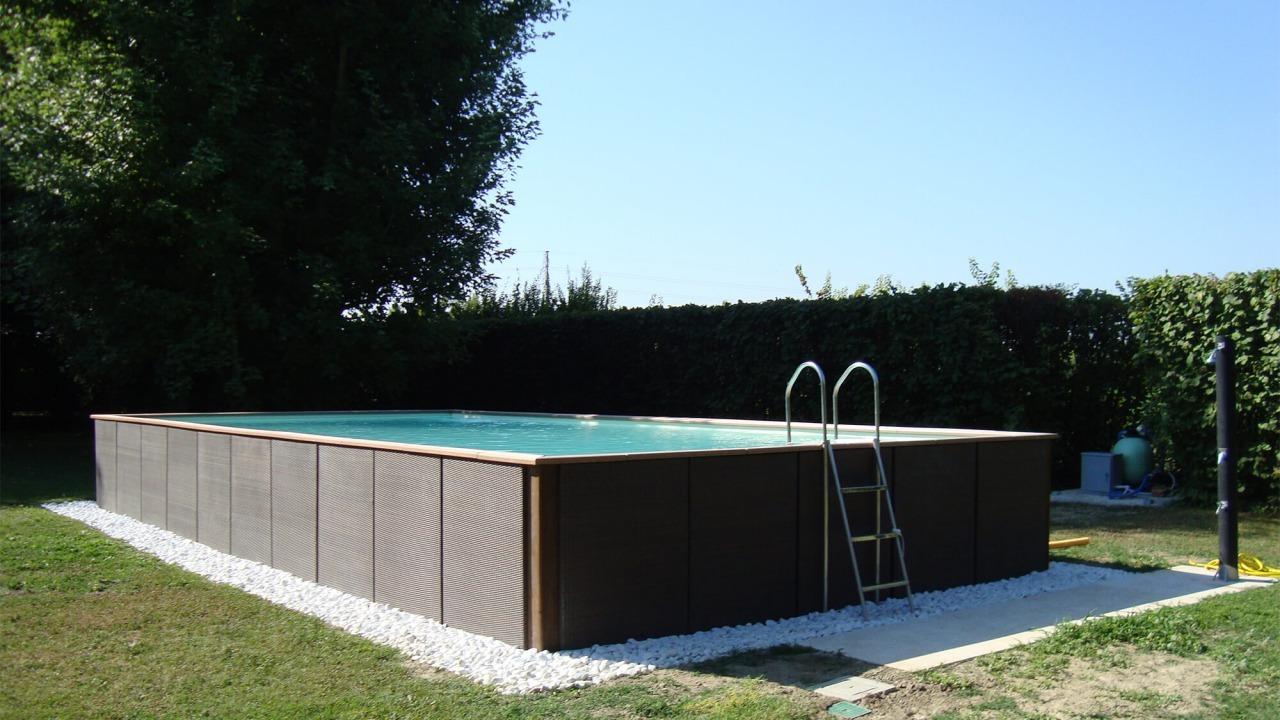 piscina fuori da terra con doccia solare e scala in acciaio