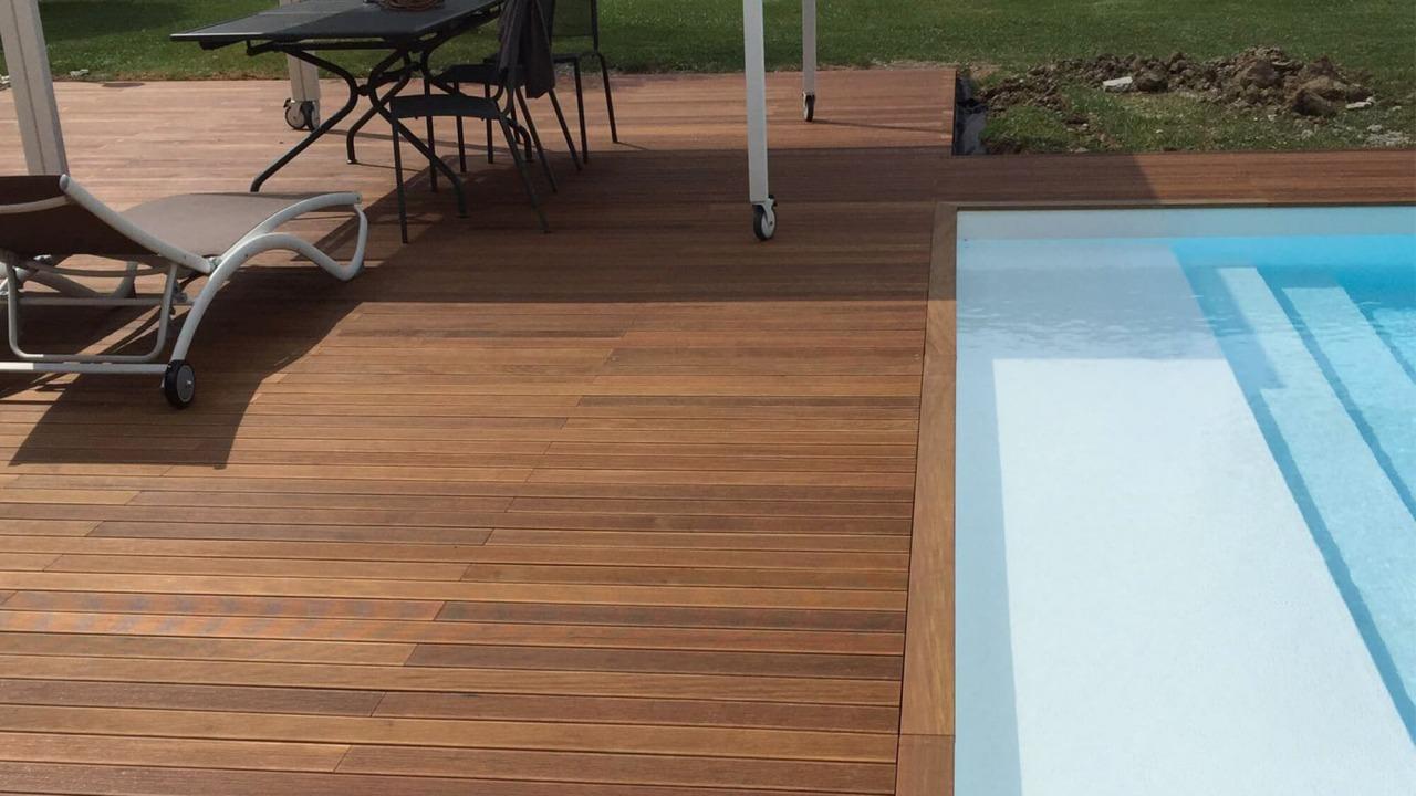 piscina interrata con gazebo e pavimentazione in legno