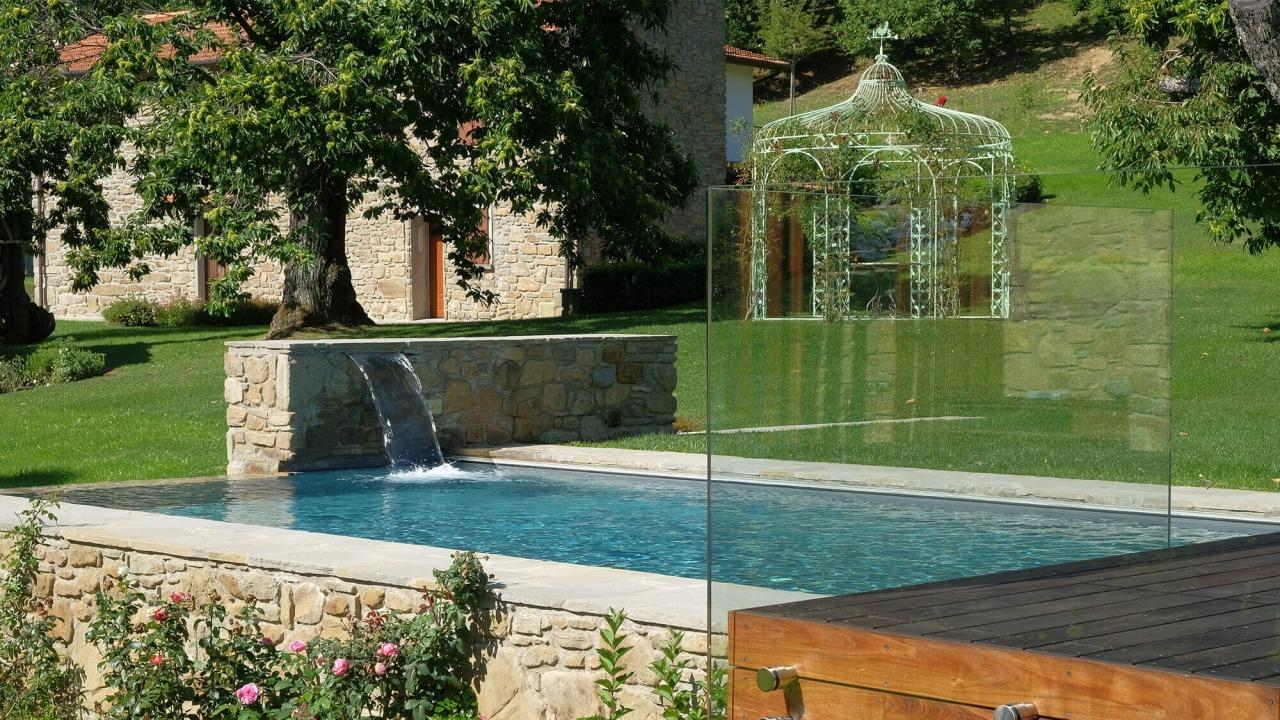 piscina con finitura in pietra