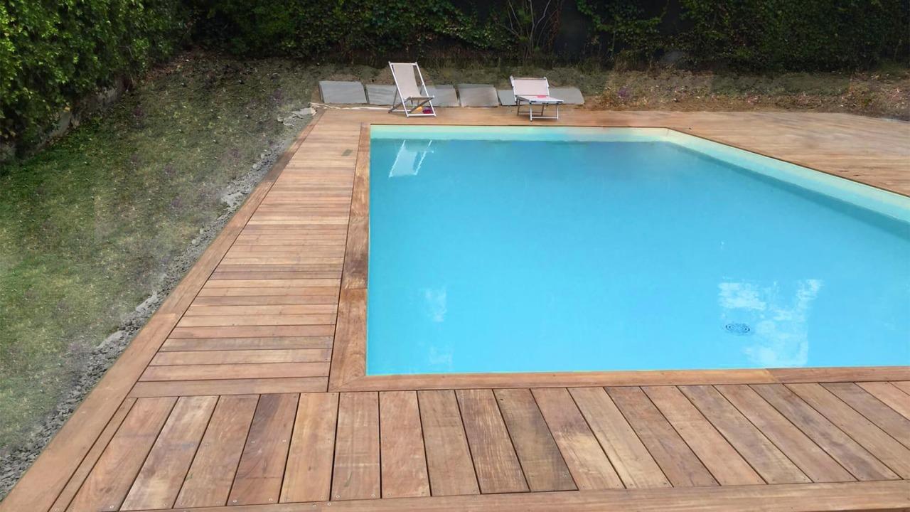 piscina con borda vasca in legno