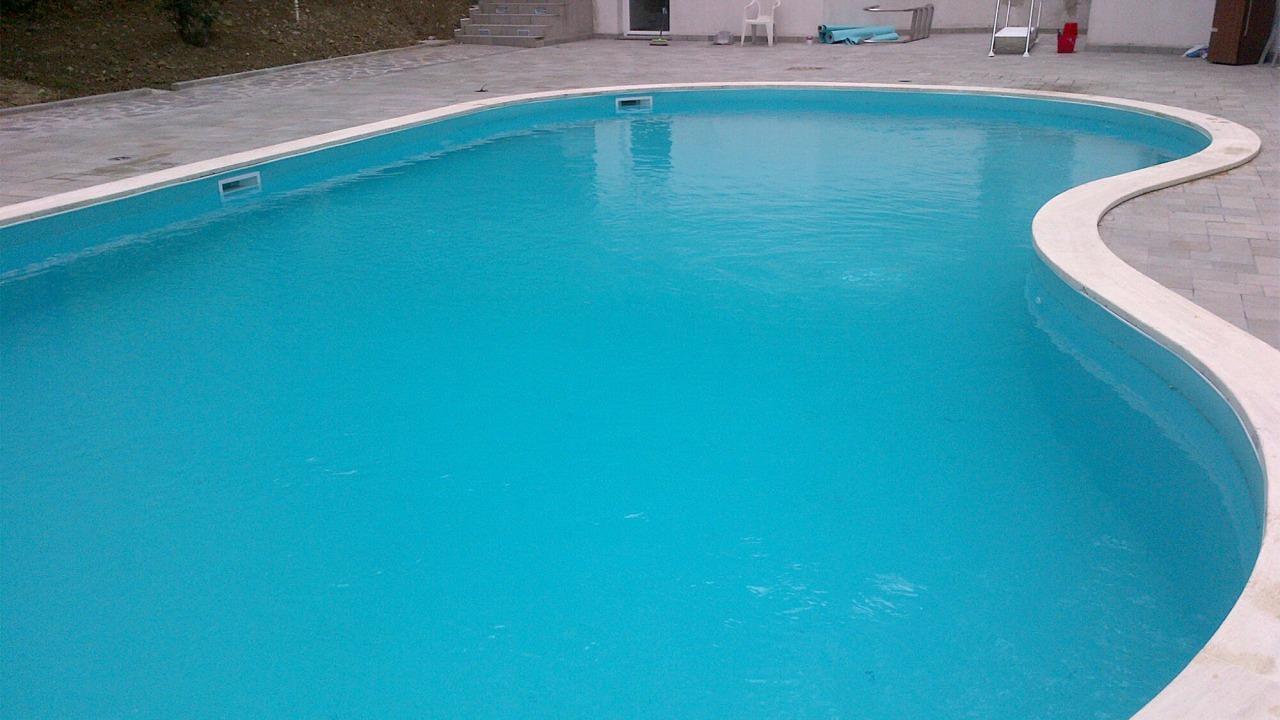 vasca piscina con forma tondeggiante