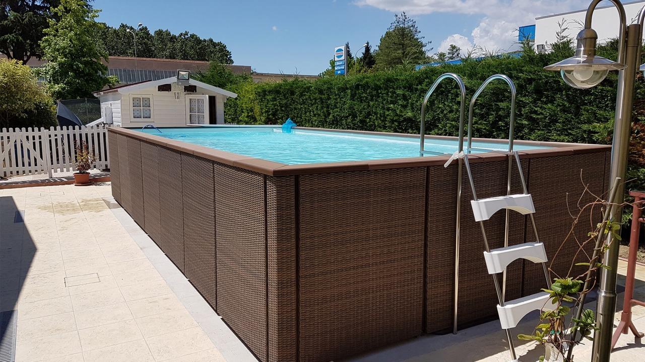 piscina fuori terra con scala di accesso