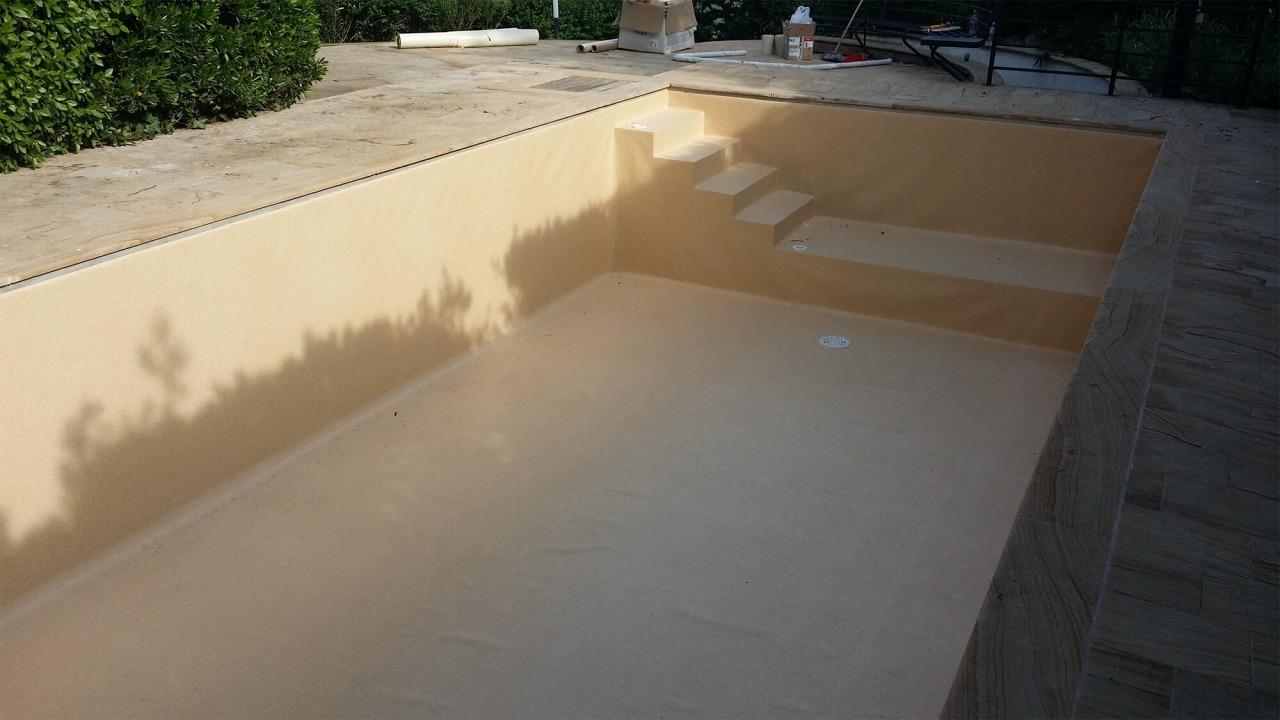 vasca piscina vuota con scaletta di accesso