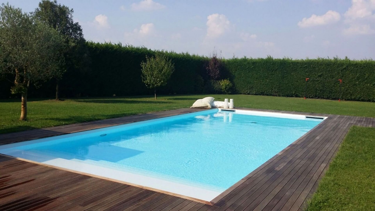 piscina interrata con bordo vasca in legno