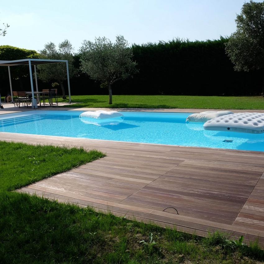 pavimentazione di legno a bordo piscina