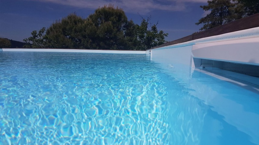acqua nella vasca della piscina