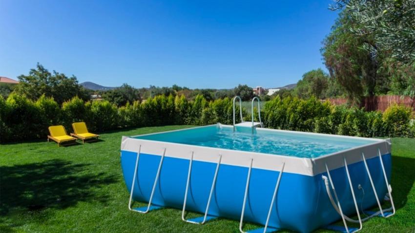 piscina fuori da terra nel cortile