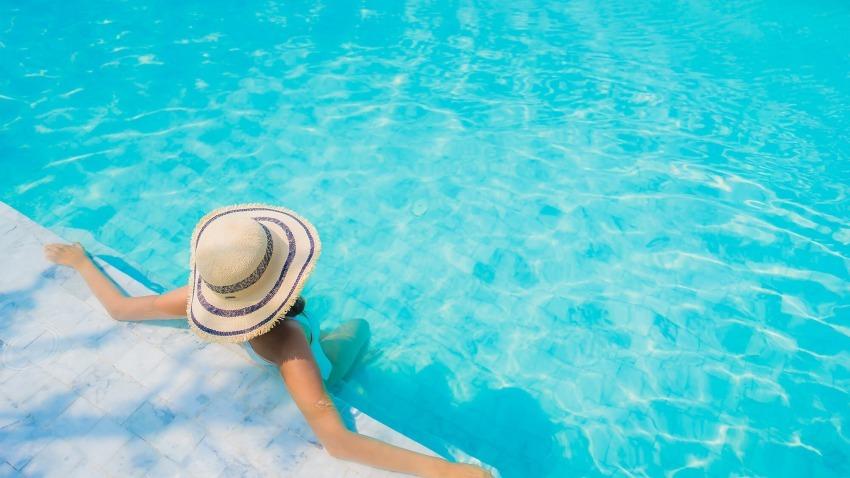 donna in acqua con cappello