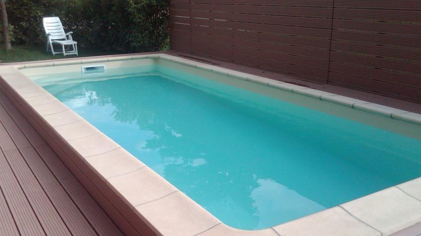 piscina con bordo vasca in pietra chiara