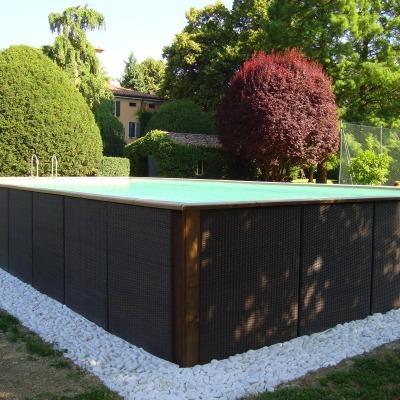 piscina fuori da terra con perimetro in sassi bianchi