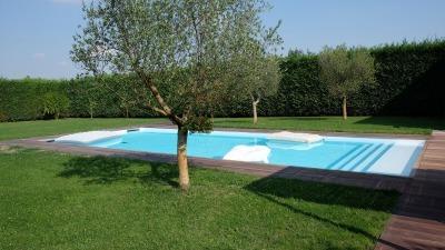 piscina rettangolare in cortile