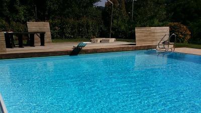 piscina con bordo sfioratore